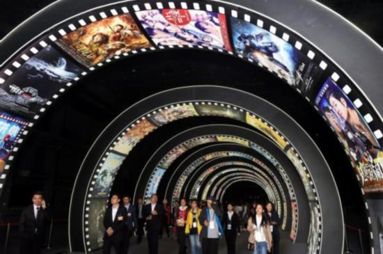 来宾在青岛灵山湾影视文化产业区内参观(2018年4月28日摄)。新华社发