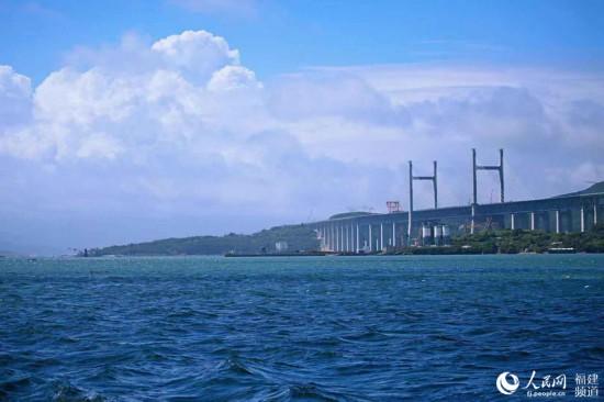 从海面上看正在建设中的平潭公铁两用海峡大桥 丁波摄