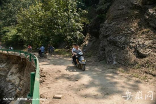 宁国市长坐摩托探灾区 回应:道路受损 急于了解一线