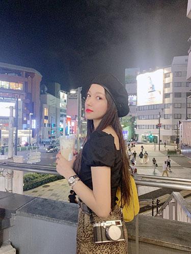 刮目相待的意思:程潇晒东京旅游美照抱粉色玩偶少女心十足
