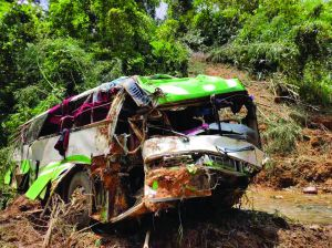 南京团旅行老挝车祸遇难人数升至13人 我军医疗队参与救援