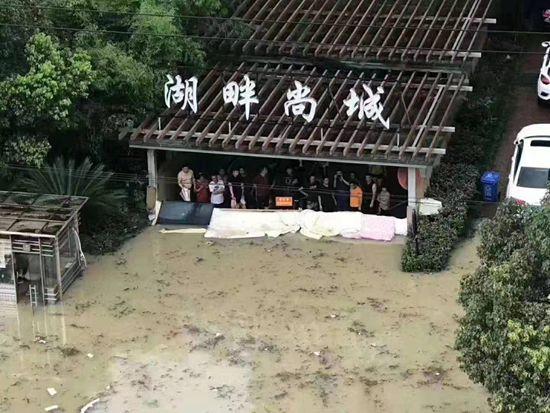 小区里的抗洪救灾