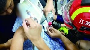 """被卡手指""""获救"""" 南京两岁女孩拥抱消防员"""