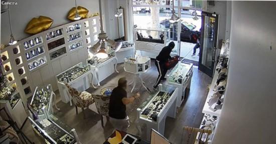 美加州一珠宝店遭抢劫店主赤手空拳击退劫匪
