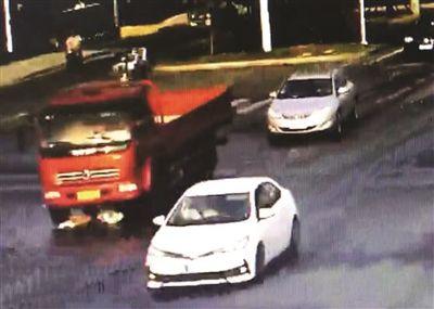 """扬州女孩被货车卷进车肚 从容爬出找司机""""理论"""""""