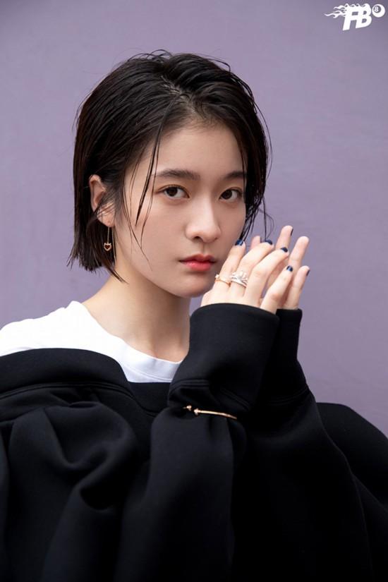 青年演员张雪迎曝光一组早秋时尚写真,少女轻松切换双面风格