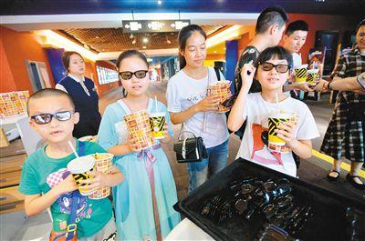 观看_暑期,孩子们大多会选择观看动漫电影. (记者 王旭东 摄)