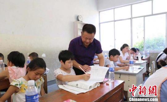 """留守儿童""""有人守"""":县城教师回村办起爱心辅导班"""