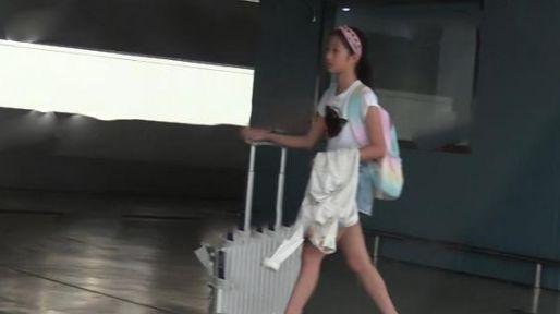 马伊�P携女儿度假归来 橘色宽松长裙抢眼