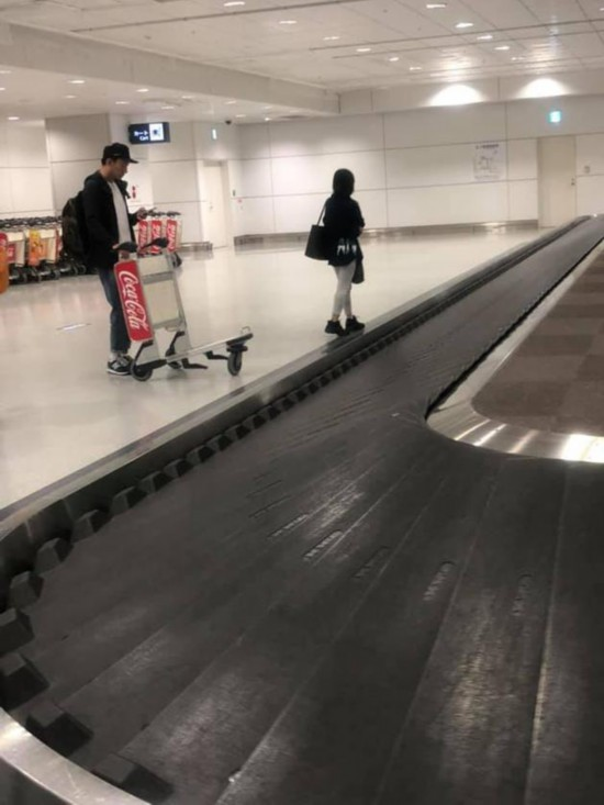 张震携妻女出门旅游机场等行李女儿疯跑