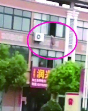 泰州女童身悬窗外 民警一路狂奔踹门救人