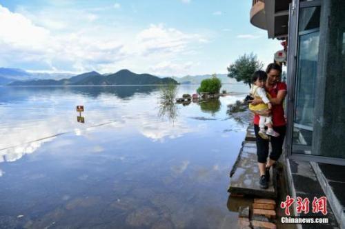 水面と空が一体となった景観を楽しめる雲南省瀘沽湖(撮影・任東)。