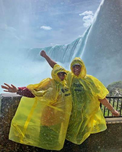 胡杏儿产后与丈夫出游站瀑布旁合影开心得像孩子
