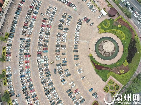 """泉州商城广场超大的""""wifi""""停车场 (王柏峰/摄)"""
