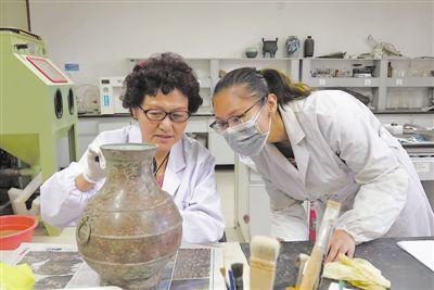 她在宁夏博物馆修文物