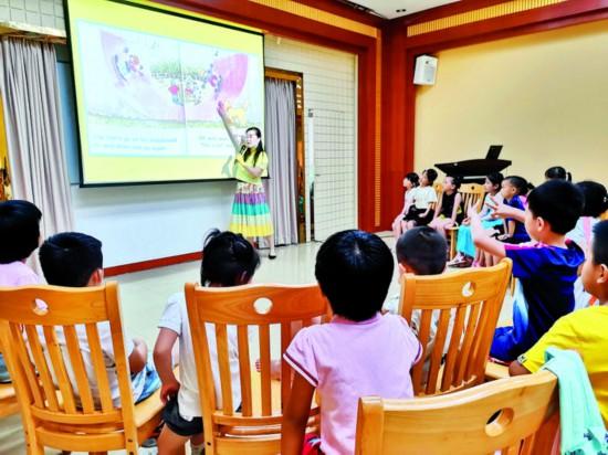 丰富的少儿活动吸引众多孩子参与。