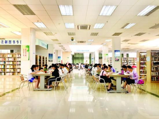 """慈云图书馆为市民营造良好的学习""""充电""""环境。"""