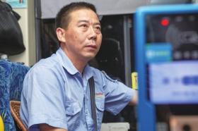 """司机和学生的暖心故事 湖南一末班车为爱""""晚点""""4分钟"""