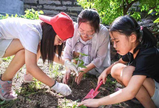 校媒人在留守儿童心间种下环保种子