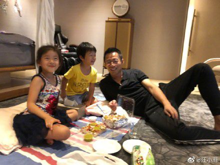 汪小菲首晒和子女同框照 父子同款笑容如复制大S温柔出镜