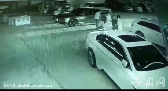 视频监控拍摄到的陈某某打人场面。