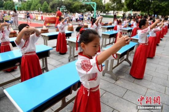 福建沙县一小学举行中国古代传统入学仪式