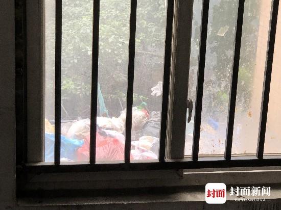 高空扔垃圾雨棚惨变垃圾堆二楼住户苦不堪言