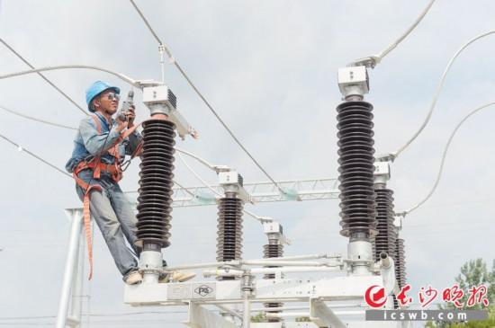 """""""长沙市电网供电能力提升三年行动计划""""和电网项目建设""""630攻坚""""活动已启动两年,市民用电更有保障。每一度电都凝聚着电力工人的汗水,节约用电并未过时。"""
