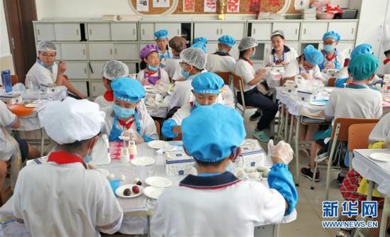 """(在习近平新时代中国特色社会主义思想指引下――新时代新作为新篇章・总书记关心的百姓身边事・图文互动)(2)""""妈妈第一次吃到我做的菜时高兴得哭了""""――中国孩子在劳动教育中健康成长"""