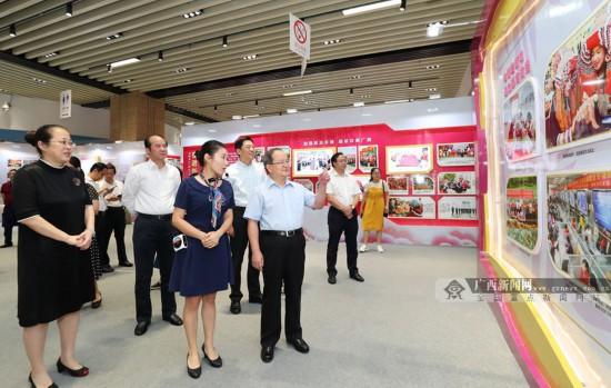 鹿心社参观广西妇女事业发展辉煌70周年展