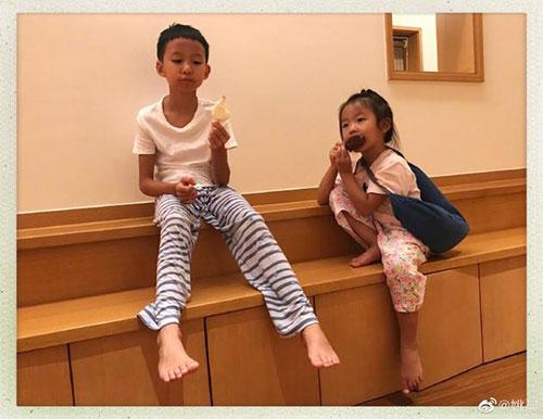 姚晨晒一双儿女有爱时刻哥哥给茉莉分享雪糕超暖