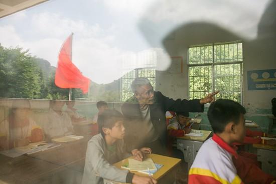 贵州毕节:7旬老人半个世纪坚守山村教育