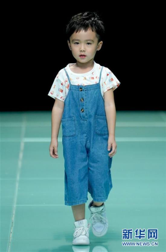 (社会)(1)北京时装周上演留学英国学子时装秀