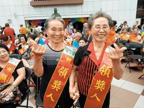 8旬姐妹花携手当志工14年 获台南市长颁奖表扬