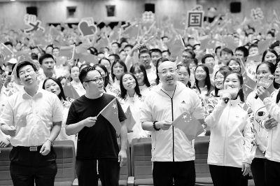 <b>宁浩徐峥与北大同学合唱《我和我的祖国》</b>