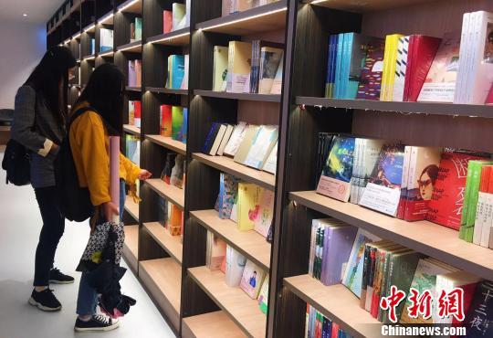 """内蒙古首家""""高颜值""""创意校园书店亮相"""