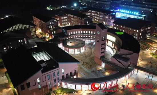 航拍雄县三中夜景。中建八局供图