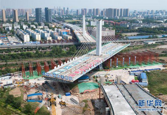 (经济)(1)武汉一座3.6万吨桥梁顺利转体跨越11条铁路线