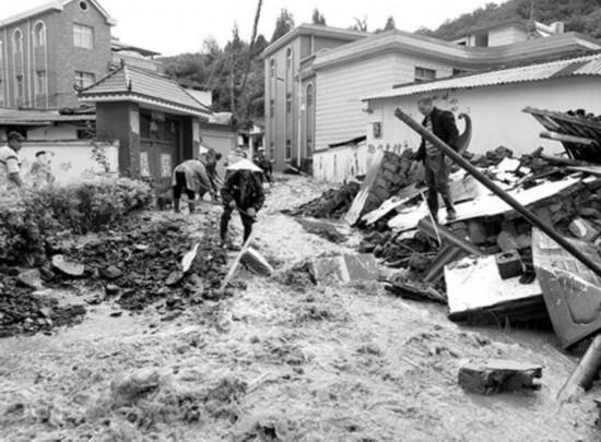 一夜暴雨后昆明西山区寨子村被淹