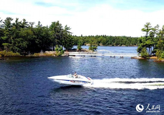 在三万群岛水域中飞驰而过的小游艇。于世文    摄