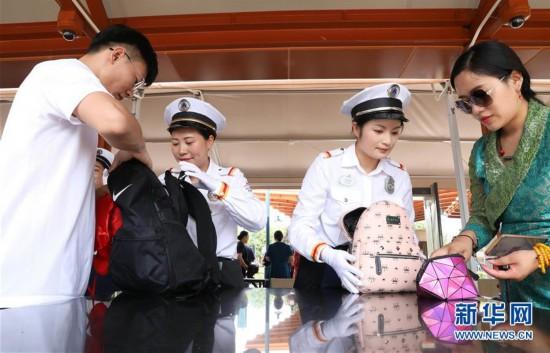 (社会)(2)上海迪士尼开始实施食品携带新规