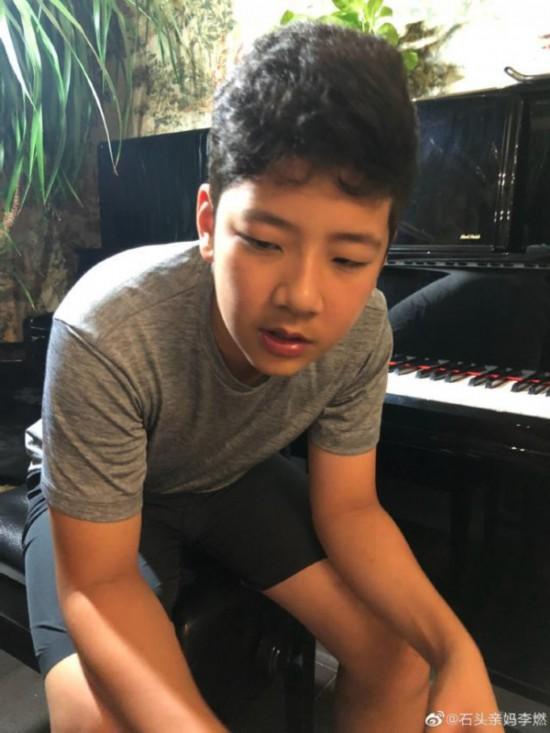 郭涛儿子石头弹钢琴近照曝光后背宽阔五官俊朗