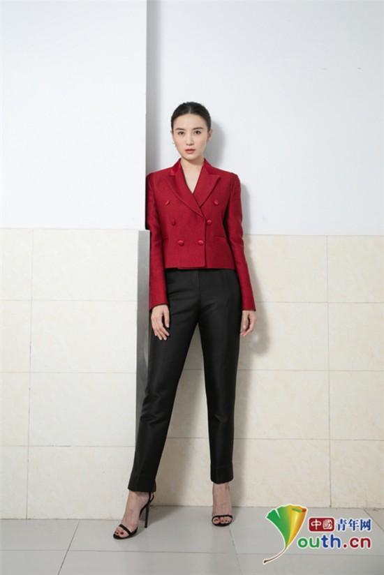 像极了飞行员 宋佳穿黑红正装酷美范十足