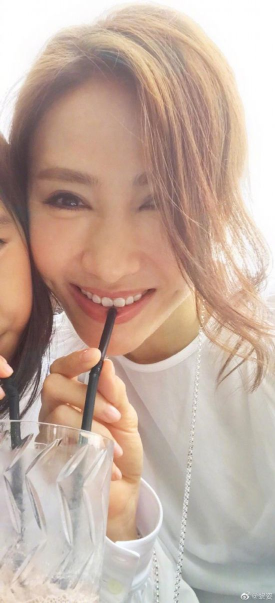黎姿与女儿同饮冻果汁 母女俩贴脸甜笑似姐妹