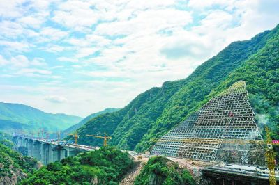 """""""华北第一高陡边坡""""进行生态修复 本月全部见绿"""