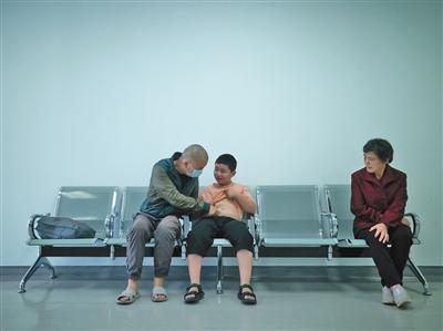 """""""增肥救父""""少年路子宽的中秋节:去医院给爸爸送月饼"""