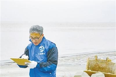"""""""海洋愚公""""劉永龍:為上海清理27噸海灘垃圾"""
