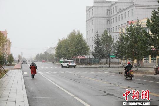 雪の中、市内を通行する漠河市民(撮影・王景陽)。