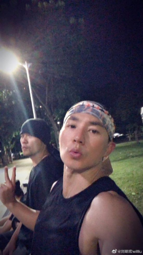 周杰伦新歌发布约刘�u宏打篮球现场给你们哼唱新歌了么
