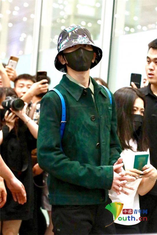 蔡徐坤绿衣配花帽还背上蓝书包 凌晨搭机获众多粉丝包围